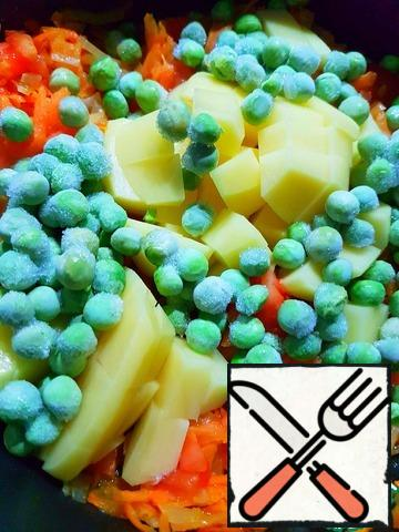 Add the potatoes, cut into small cubes and peas. Salt. Pour 1 liter of boiling water. Bring to a boil and simmer until the potatoes are ready.