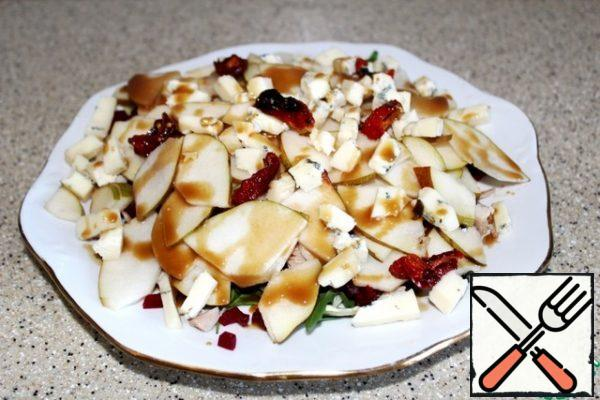 Then the plates of pears and cheese, pour the dressing on top, leaving a little for the finish.