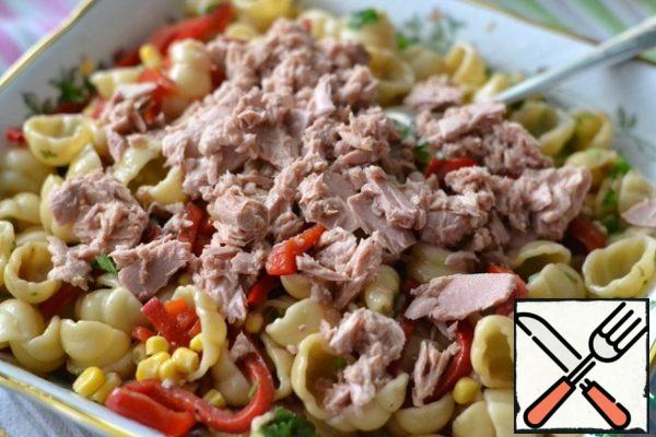 Finely chop the parsley and cut the bell pepper into strips. Put the parsley, pepper and corn on the pasta. Put the tuna on top, do not drain the juice. Gently mix and serve.