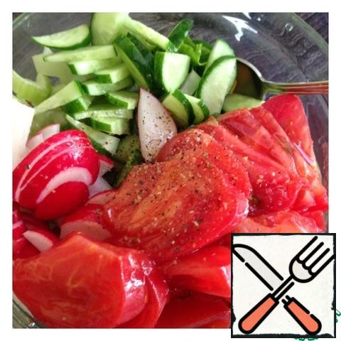 Cut the tomato into small slices. Add oil, salt, ground pepper and garlic powder. Mix the salad.