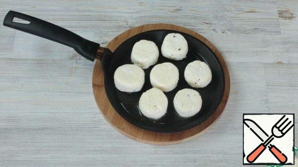 Fry the cheesecakes on a small amount of vegetable oil on a low heat. It is very important to fry on a small fire, so the cheesecakes will have time to cook inside and will not burn. Serve cheesecakes with condensed milk, sour cream or jam. Especially delicious cheesecakes only from the pan.