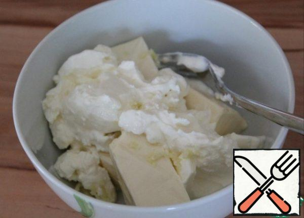 For the filling, grate the melted cheese or mash it with a fork. Crush the garlic in a garlic bowl. Mix the cheese, garlic and sour cream.