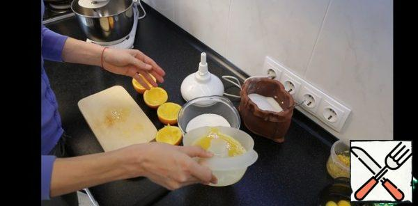 Pour it into the sugar. The approximate amount of juice will be about 150-200 ml. This is quite enough. If less, add water. And mix well. If the sugar is large, you can send it to the microwave for 3-5 minutes to dissolve the sugar.