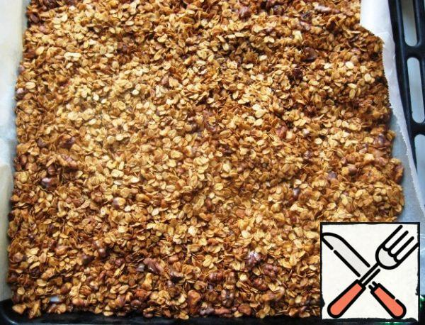 As soon as you see that the granola has become completely dry and Golden-take out the baking sheet from the oven.