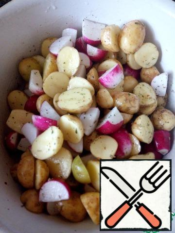 Mix radishes and potatoes. Salt, add any spices you like. I used Italian herbs. Pour a little vegetable oil. Spread on a baking sheet covered with parchment and bake in the oven for 25-30 minutes at a temperature of 180 degrees. Check the readiness of the potatoes.