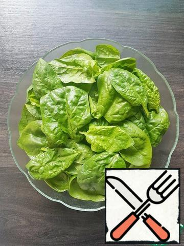 Wash the young spinach leaves well and dry them on a paper towel. Put the spinach in a salad bowl.