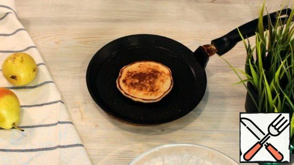 Pour a little vegetable oil into a preheated pan. If the pan is good, non-stick coating can be used without oil at all. Pour 2 tablespoons of dough and fry on medium heat for 1-2 minutes, until bubbles appear on the surface of the dough. Then turn over and fry for about 1 more minute until Golden.