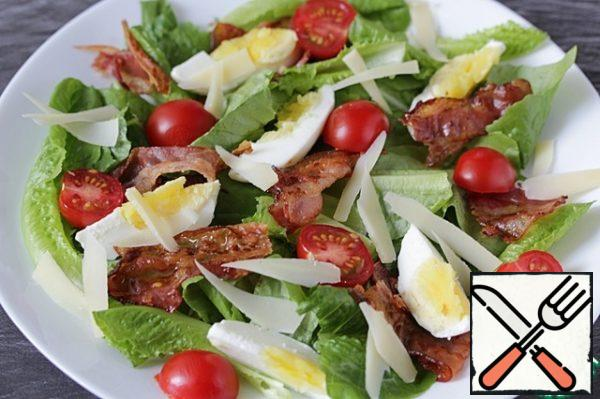 Sprinkle the salad with cheese petals. Season the yogurt with salt, pepper and a pinch of sugar. Serve the salad, watering it with dressing.