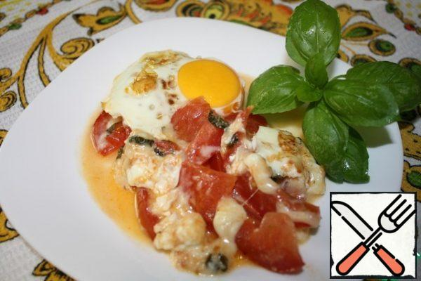 Carefully break the eggs and bake everything until the eggs are ready. You can bake so that the protein is seized, and the yolk was liquid, then it is gently stirred with cheese and tomato already when eating.