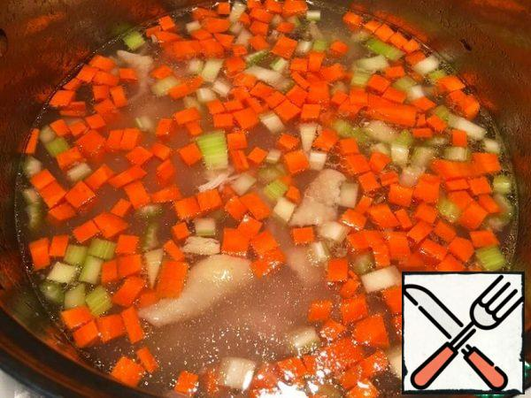 Put everything in the broth-meat, beans and vegetables, add salt and cook over medium heat for 10 minutes.