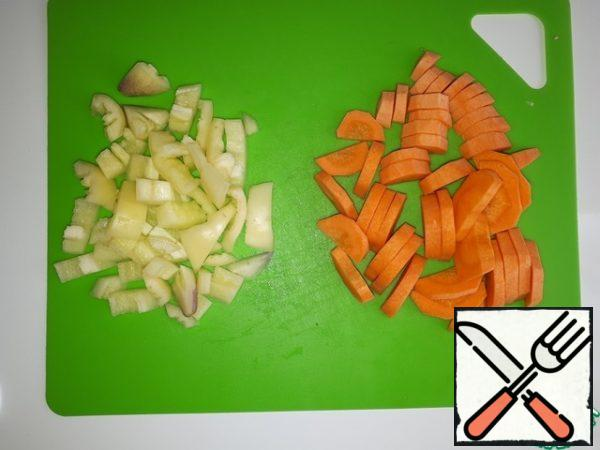 Cut the bell peppers and carrots into pieces.