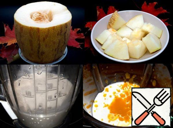 Pour yogurt, cream, and nectar into the blender. Instead of yogurt, you can use juice or nectar. Bananas are a must. And instead of melon, any berries or fruit will do. Coconut cream, not milk, is very complementary to the taste of smoothies. I peeled the melon and cut it into small pieces in chunks.