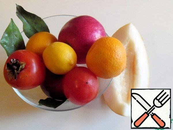 Wash the melon, tangerines and Apple, peel and remove the seeds. Apples can be left with the skin, if desired.