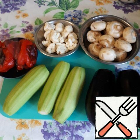 Cauliflower is not necessary to take, I have a small fork left, I had to attach it. A whole red bell pepper is baked in the oven until the barrels blacken, then immediately put in a bag for 30 minutes, so the skin will be easier to clean.