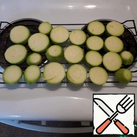 Cut the zucchini into circles about 1 cm thick. Bake in the oven at t=200-220 gr.