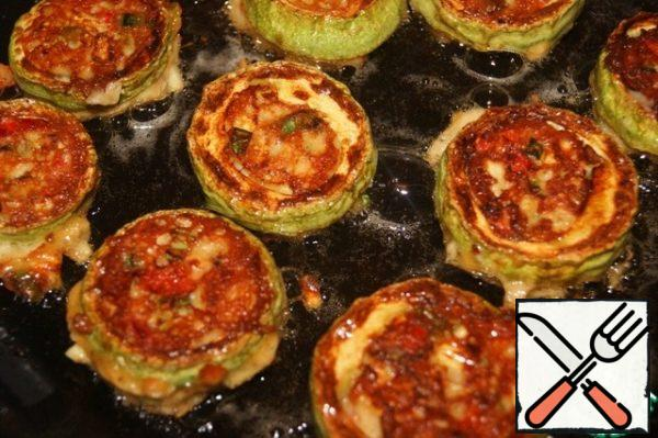 Turn to the other side, cover with a lid and fry for a couple of minutes. Prepare zucchini in the same way.