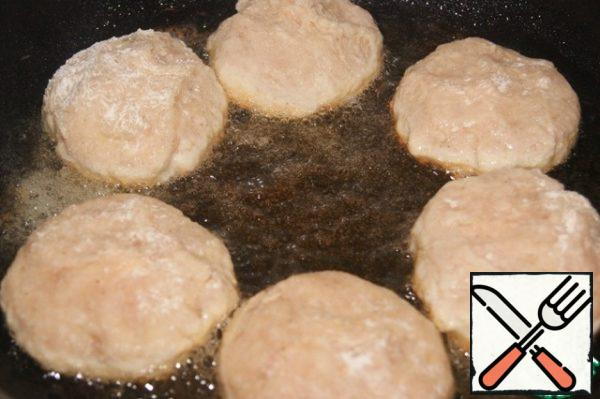 """Lightly dust the cutlets with flour. Fry in well-heated vegetable oil for a minute on both sides to """"seal"""" all the juice inside. Then cover with a lid and bring the cutlets to a simmer."""