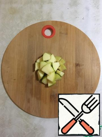 Peel the apples from the seeds and cut them into small pieces.