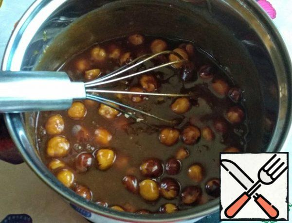 Then add the caramel brought to a boil (!!!) cream, butter, salt and hazelnuts. Stir.