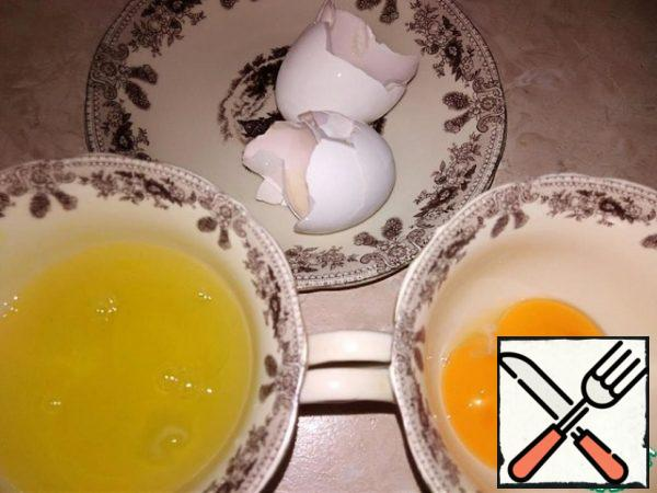 Separate the yolks of 2 chicken eggs from the whites in different dishes. Proteins can be frozen for other desserts in non-glass containers.