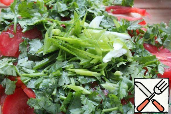 Cut the green onions with long feathers and spread them on the coriander.