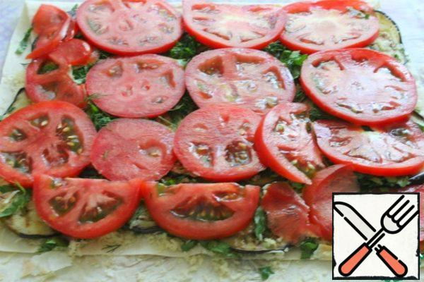 Cut the tomatoes into round pieces, not thickly, and put them on the greens.