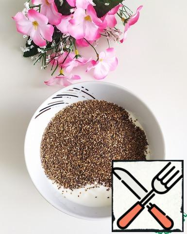 For the yogurt layer, combine 340 g of yogurt, 4 tablespoons of Chia seeds and 2 tablespoons of Jerusalem artichoke syrup in a bowl. Mix everything well and leave it on the table.