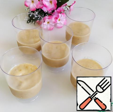 Arrange the banana and apricot smoothies in clear cups. Remove to the freezer for 20-30 minutes until solidified.