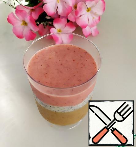 Next, spread out the strawberry-apricot smoothie. Remove to the freezer for 20-30 minutes until solidified.