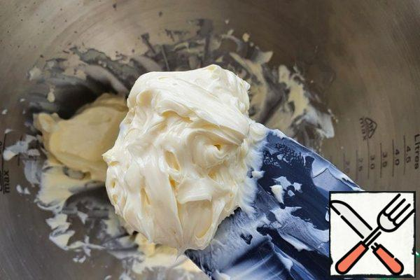 Combine the spatula in a bowl-butter, cream and vanilla. Beat with a whisk until creamy, uniform.