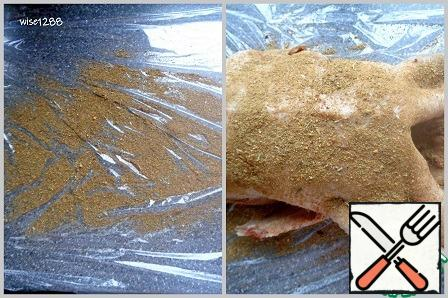 Spread out the food wrap that fits the size of the duck and scatter one teaspoon of spices. Salt the duck on all sides, transfer to a film with spices. Distribute the remaining spices over the top and sides of the duck.