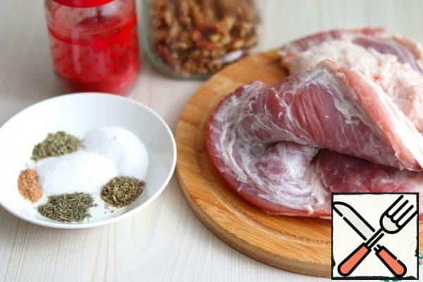 With podcherevka (1000 gr.) to remove the skin, cut off the lower layer of fat, leave the meat layers and a small layer of fat layer.