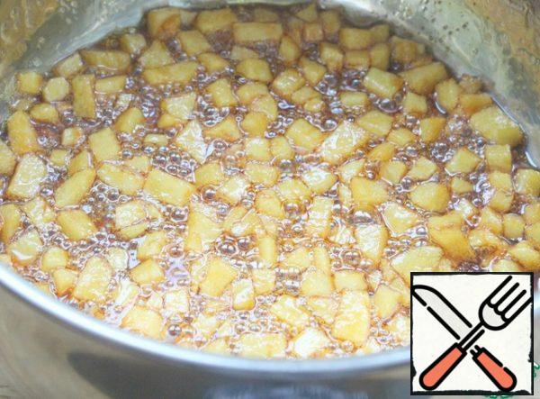 Gently pour in the vinegar, add the Apple and mix, cook for 2 minutes.