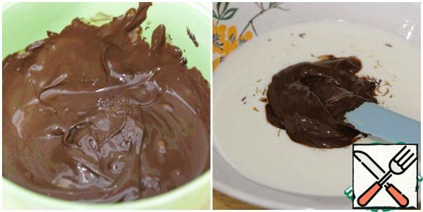 Melt the chocolate in a water bath or microwave. Heat the cream, add the chocolate and mix well.