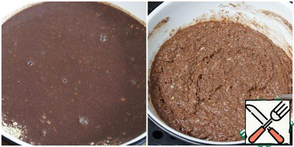 Pour the chocolate-cream mixture into the liver with halva and mix well.