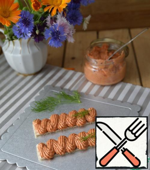Used appetizer (the sauce) chilled. For the beauty of serving, put the spread in a cooking bag with a nozzle (open or closed star), put it on bread (toast, crackers or just on bread). Decorate with greenery.