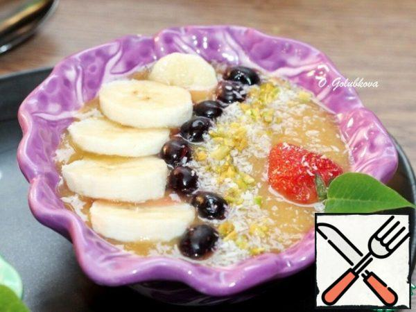 For a smoothie bowl, serving is extremely important. Therefore, if you want to surprise your loved ones, serve the treat in beautiful deep plates.