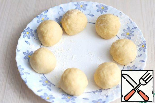Divide the dough into equal pieces, in my case, the weight of each piece is 50-55 gr. the Pieces are rolled into balls, put the balls on a flat dish or cutting Board and cover with a towel or food wrap, so that there is no zavetrivanie pieces.