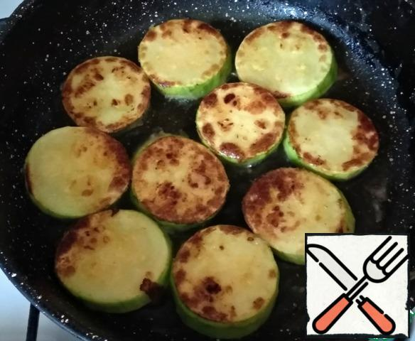 Fry in a frying pan, greased with olive oil (2 tbsp), on both sides until Golden brown.