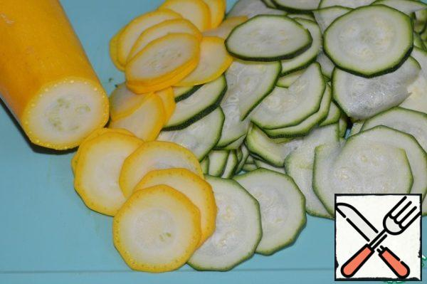 Young zucchini (diameter approx. 2 cm.) cut into slices with a thickness of approx. 1 mm. with a knife or grater. Put in a bowl, sprinkle with salt, mix and leave for 40 minutes. Drain the resulting juice.