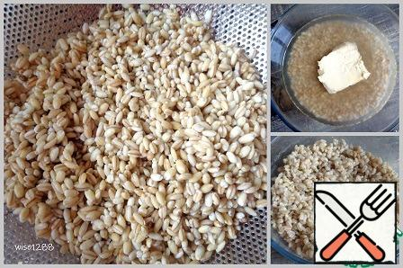 """Soak the pearl barley overnight. The cooking time is indicated without soaking. Swollen grits to throw in a colander. Cover with water, add salt, add the butter. Cook the pearl barley until ready. I cooked in the microwave for 22 minutes at a power of 1000W on the program """"Porridge""""."""
