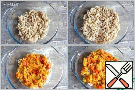 Turn on the oven to heat up to 200 degrees. Ready-made pearl barley visually divide into three parts, fried vegetables into two parts. In a baking dish, put 1/3 of the pearl barley, half the vegetables on top. Then repeat the layer of 1/3 of the pearl barley and the remaining vegetables.