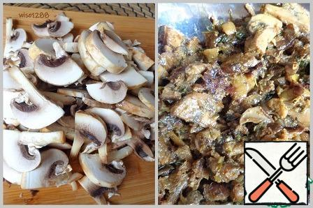 Mushrooms cut and fry with onions on a tablespoon of vegetable oil for ten minutes.