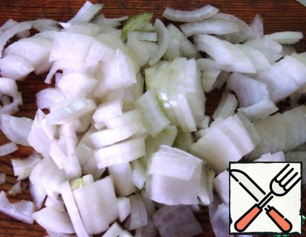 Prepare vegetables: cut the onion.