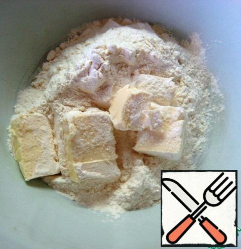 For the dough: in a bowl, combine the pieces of cold butter, sugar, salt and flour. RUB your hands into a crumb.