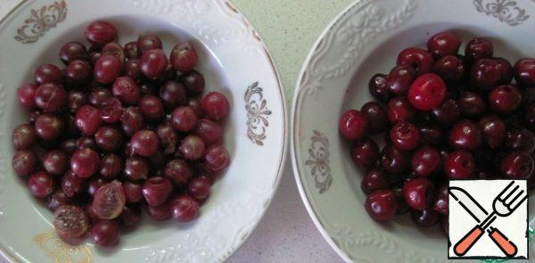 Wash and dry the berries. Remove the cherry pits; gooseberry-tails, large can be cut.