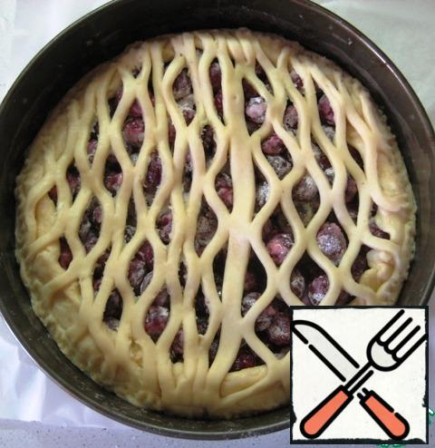 From 1/3 of the slightly cooled dough, make a grid for the top of the pie. I used a special roller for the bars, you can just make it out of strips of dough.Send to bake in a preheated 180-degree oven for 50-55 minutes (we focus on the features of your oven and the ruddy color of the cake).