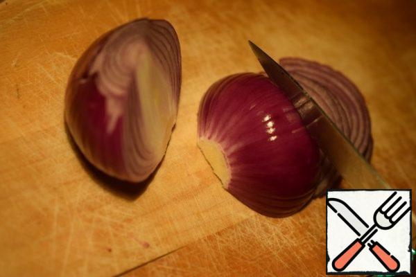 Cut a knife finely half of the red onion. The more onions, the sharper the dish.