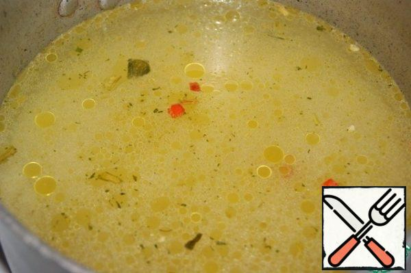 Pour the broth into it, bring it to a boil, remove the heat to a minimum and cook until the broth has completely evaporated.