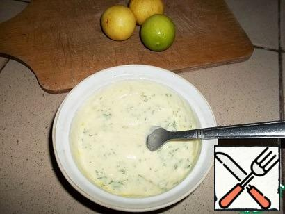 Since the chicken breast is prepared in a few minutes, first prepare the sauce so that it is infused. Yogurt or sour cream carefully mix with a fork with mustard, lemon juice, garlic passed through the press, olive oil and finely chopped herbs. Add salt and hot pepper (for lovers of spicy) to taste.
